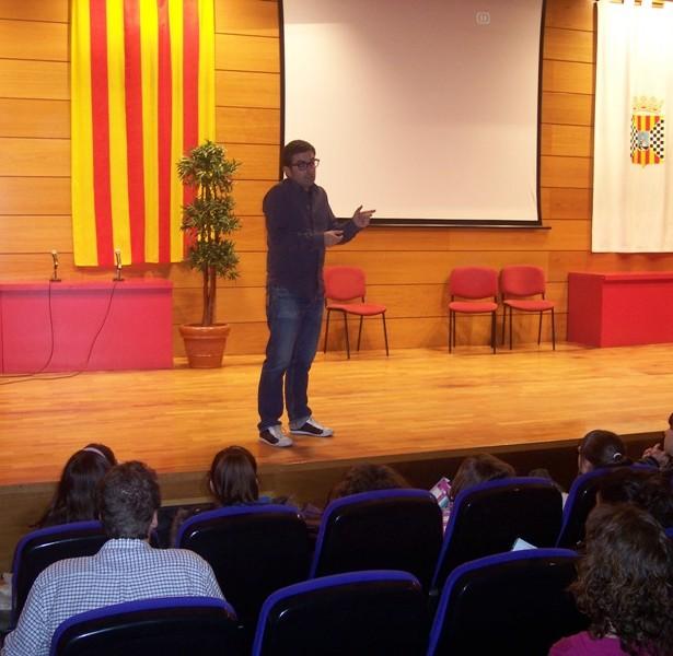 Aléxis Borràs, Director Del Taller, Adreçant-se Als Assistents.