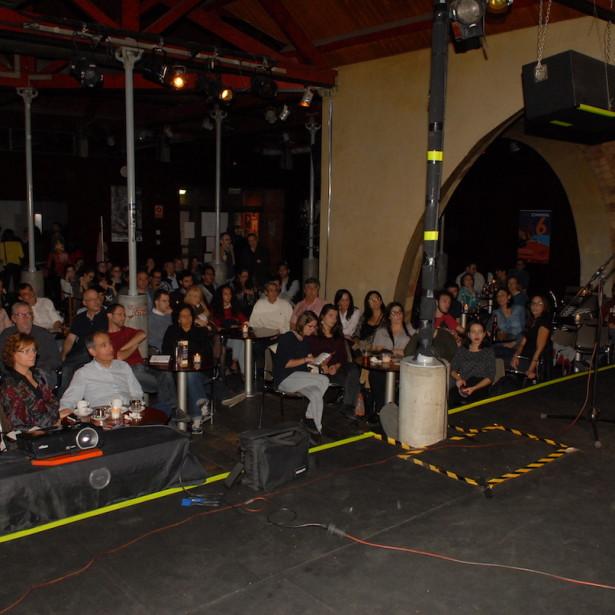 El Director Del Som Cinema, Manel Montañés, Presentant La Sessió De Curtmetratges Al Cafè Del Teatre