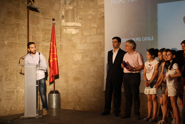 """L'obra més votada pel públic que ha obtingut el premi per votació popular a través de internet ha sigut """"Treballem pel català"""" presentada pel Col·legi Episcopal de Lleida."""